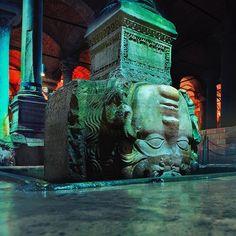 В подземном водохранилище Еребатан - голова медузы Горгоны. Красивое место с необыкновенной аурой. Советуем посетить! #Стамбул #водохранилище #Еребатан Dream City, Medusa, Istanbul, Mystery, Lion Sculpture, Statue, Instagram Posts, Mysterious, Palace
