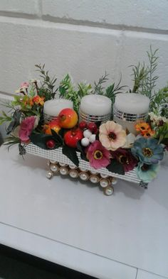 Velas e flores em bandeja espelhada