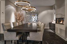Een houten keuken van ruw, donker gelakt eikenhout geeft een prachtige sfeer in deze ruimte waar het kookeiland met zitgedeelte geweldig tot zijn recht komt