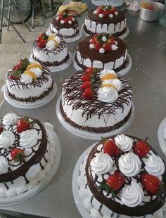 Best 12 Edible Cake Decorations – Page 705094885394322588 Tea Cakes, Food Cakes, Mini Cakes, Cupcake Cakes, Creative Cake Decorating, Cake Decorating Videos, Cake Decorating Techniques, Cupcakes Decorating, Decorating Ideas