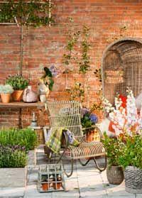 De tuintrend Warm Embrace staat voor comfort en rust. De tuin is een hoog ommuurde buitenruimte die aanvoelt als een warme deken om je heen. Door de hoge stenen muren heeft de tuin wel iets weg van een middeleeuwse kloostertuin.