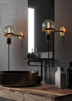 Mooie industriële badkamer inspiratie met industriële lampen, mozaïek tegels en grove houten plank. Daarnaast een zwarte spiegel met een planchet. Heel erg gaaf! #skypejebadkamer