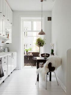 skandinavisches Design Einrichtungsbeispiele kleine Küche einrichten Balkon