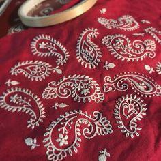 . . . …達成感…♬ 布地はさんざん掴まれてくちゃくちゃ . #刺繍 #1色刺繍と小さな雑貨 #樋口愉美子 #ハンドメイド #がま口ポーチ #ペイズリー #embroidery #handmade #dmc #paisley #yumikohiguchi