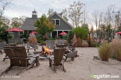 Image from http://images.oyster.com/articles/4071-2012-05-sand-bar-grill-at-hidden-pond-kennebunkport-me.jpg.