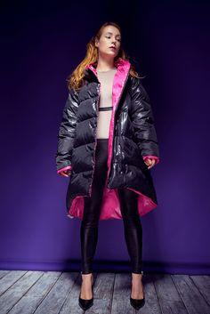 Украинская певица, автор и композитор песен Светлана Тарабарова примерила на себя новую роль. Она стала главной героиней капсульной коллекции 2016-2017 (MARCHI winter capsule 2016-2017) украинского бренда MARCHI. Down Puffer Coat, Down Coat, Women's Puffer, Cool Jackets, Jackets For Women, Winter Jackets, Langer Mantel, Black Down, Puffy Jacket