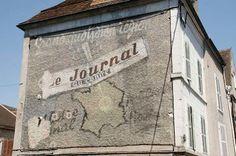 Oude reclame op een gevel in de Nièvre