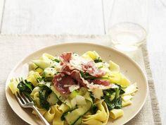 Pasta mit Spinat, Zucchini und luftgetrocknetem Schinken (Pancetta)… http://eatsmarter.de/rezepte/pasta-mit-spinat-zucchini-und-luftgetrocknetem-schinken-pancetta