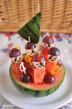 Looking for pirate party food ideas? Transform your little one's PIRATE PARTY with marshmallows, watermelons & grapes. Check out our other party food ides too .