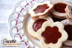 Gli occhi di bue sono dei pasticcini di pasta frolla ripieni con marmellata o cioccolata (Nutella). Sono molto facili da preparare e molto veloci da mangiare