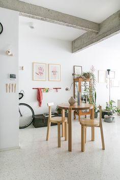 Convidamos a Paula Passini e a Bruna Lorenço, do blog Histórias de Casa – referência em decoração com conteúdo 100% autoral – para nos ajudarem com a curadoria e o lançamento de novos artistas com trabalhos em porcelana e cerâmica. O resultado, 3 editoriais publicados no blog que exploram o conceito de slow living.