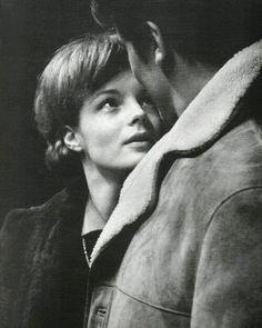 """Bonjour à toutes et à tous ! Je suis ravie de vous retrouver pour vous raconter à ma manière, des histoires, des histoires de Romy, des histoires de la vie ... J'ai laissé passer Pâques tranquillement. Nous sommes le 28 Janvier 1961, Romy évidemment magnifique, Alain Delon et le Maître Luchino Visconti sont réunis. Les répétitions de """"Dommage qu'elle soit une putain"""" ont commencé. Ce jour là, un certain nombre de photos sont prises : Romy seule, Romy avec Delon, Romy avec Delon et Visconti…"""