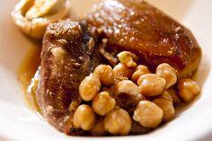Adafina, el cocido de origen judío que prepara Elena Benarroch en Y además cocinan. Elena procede de una familia judía y  nació en Tánger.