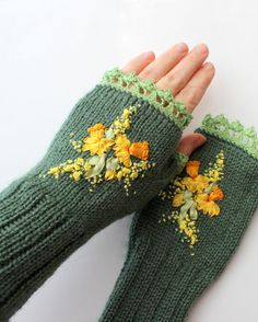 Hey, I found this really awesome Etsy listing at https://www.etsy.com/listing/183318704/knitted-fingerless-gloves-narcissus