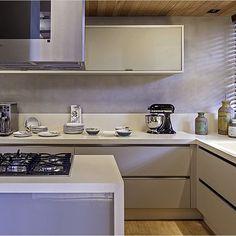 Cozinha, destaque para o cimento queimado que revestiu a parede criando um…