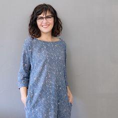 Kleid Nr. 4 ist ein Oversized Modell mit überschnittenen Schultern und vielen individuellen Möglichkeiten: Egal ob als Kleid, Tunika oder Bluse, mit oder ohne nahtverdeckten Taschen: Du hast die Wahl zwischen verschiedenen Längen und Armlängen –  und kannst dir dein ganz persönliches Einzelstück nähen.  Genäht wird Kleid Nr. 4 aus Webware.  Kleid Nr. 4 ist lässig & bequem – passend für jede Gelegenheit und ideal für Anfänger geeignet! Tunic Tops, Women, Fashion, Sew Dress, Don't Care, Sewing Patterns, Scale Model, Bags, Gowns