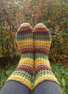 Langan päästä kiinni: Syksyn väriset sukat Striped Socks, Crochet Baby, Slippers, Sewing, Knitting, Crochet Things, Crochet Patterns, Tutorials, Dressmaking