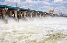 Waterkrachtcentrale halen energie uit de waterkracht van stromende rivieren. Gerijdencentrales maken gebruik van de stroming van zeewater, die ontstaat door eb en vloed. Er worden experimenten uitgevoerd om ook de beweging van zeegolven te gebruiken voor de opwekking van elektriciteit