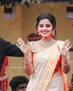 Indian Actress Photos, South Indian Actress, Beautiful Indian Actress, Indian Actresses, Green Screen Video Backgrounds, Beautiful Red Roses, Anupama Parameswaran, Heroine Photos, Cute Love Couple
