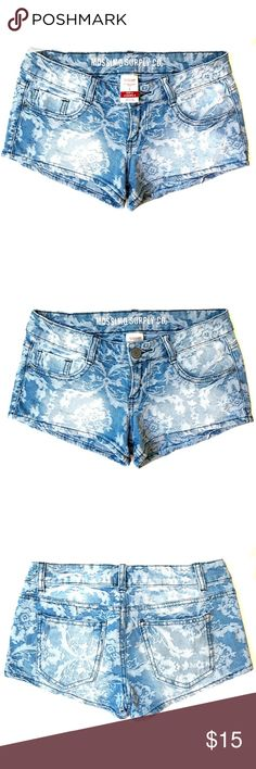 *NWOT* Mossimo Denim Shorts w/ Faded Design Style NWOT & in excellent condtion! Make an offer and/or bundle them together with the other similar Mossimo shorts in my Closet! 🤗🛍 Mossimo Supply Co. Shorts Jean Shorts