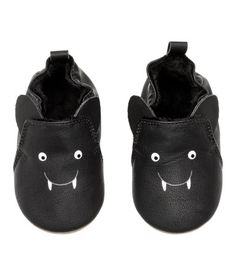 Zapatillas de casa – Baby For look here Cute Baby Shoes, Baby Girl Shoes, My Baby Girl, Baby Boy Outfits, Baby Love, Baby Pram Shoes, Gothic Baby Clothes, Goth Baby, Baby Bats