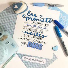 Feliz dia dos namorados, meninada! 💙✏️ Em especial para o meu maridinho! . #napontadolapis #frases #lettering #letteringbr #typo #typography #handlettering #nanquim #desenho #draw #letras #pen #brushpen #paper #arte #art #design #caligrafia #parede #chalkboard #bomdia #goodmorning #terça #tuesday #diadosnamorados