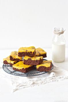 Saftige Schoko Kürbis Brownies mit Kürbis Frischkäse Creme obendrauf //  chocolate-pumpkin-cheescake brownies