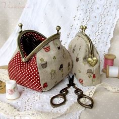 Could make something like this after going to a Handmade class this year… Now where do I find coin purse snaps.cute and roomy change pursepurses with tutorialI love the bigger one ! Patchwork Bags, Quilted Bag, Coin Purse Tutorial, Diy Sac, Frame Purse, Small Sewing Projects, Purse Patterns, Fabric Bags, Handmade Bags
