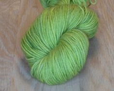 Gulgrøn - Håndfarvet Mellemtykt Garn I Superwash Merino.