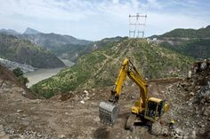 インド北部ジャム・カシミール(Jammu and Kashmir)州を流れるチナーブ川(Chenab River)に架けられる鉄道橋の工事現場(2014年7月5日撮影)。(c)AFP/Prakash SINGH ▼12Jul2014AFP|高さ世界一の鉄道橋、ヒマラヤに建設中 インド http://www.afpbb.com/articles/-/3020361 #Chenab_River