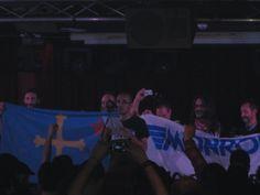 Trabajadores de Tenneco-Monroe leyendo un manifiesto en el concierto de Reincidentes