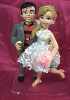 Casal de noivinhos confeccionados com a orientação do casal , coloco roupa e detalhes para que fique mais a contento