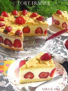 Tort Fraisier, un tort francez (Le Fraisier) incredibil de bun facut din blat, crema de vanilie cremoasa si plin de capsuni proaspete. Aceasta reteta este rapida, usoara si foarte reconforta… Cookie Desserts, Sweet Desserts, Easy Desserts, Sweets Recipes, Cupcake Recipes, Cupcake Cakes, Romanian Food, Food And Drink, Parfait