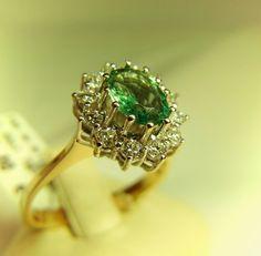 #Smaragd Ring - Damenring aus 585 Gelbgold, Kopf mit Brillanten Weißgold - Smaragd ca. 7,06mm * 5,12 - 12 Brillanten zusammen 0,30ct Qualität TW-IF - RW 56 - Gewicht 3,20gr.