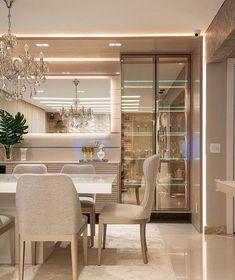 Outro ângulo dessa sala de jantar maravilhosa e sofisticada! Adorei a cristaleira! Gostaram? 😊❤️✨ Projeto: Nadya Delgado Arquitetura Foto:…