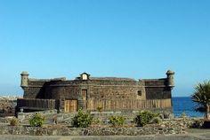 Este Castillo (siglo XVII) está situado en Santa Cruz de Tenerife, capital de la provincia que lleva su mismo nombre. Torre costera que estuvo dedicada a persuadir a las hueste piratas del intnto de saquear la Isla de Tenerife. Está en muy buen estado ...