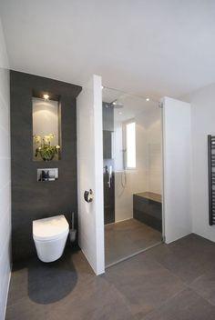 Inloop douche met bankje in een grijze badkamer