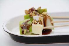 heerlijke borrelhapjes met brie appel en pistachenootjes op een spiesje
