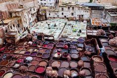 Estás mirando el Zoco de Cuero, la curtiduría de cuero más antigua del mundo. No te pierdas la hermosa Bab Boujloud (la puerta azul) también! FES, Marruecos