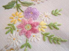 Linge ancien:  gracieuse nappe brodée à la main de guirlandes de fleurs 1950