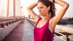 見た目の華奢さを大きく左右する肩幅を少しでも狭くしたい!そう思っている女性は少なくないですよね。何を隠そう、私もそのうちの一人。いままでは、矯正や整体にでも通わない限り難しいと思っていました。が、その前にまず試してみたいワークアウトがこちら。運動初心者向け健康チャンネル「MuscleWatching」より紹介しましょう。前足の膝の角度は90度。後足は甲を地面に。腕は後ろで組みましょう。胸を張...
