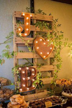 Letreiros iluminados compondo decoração rústica   Rustic Wedding + Iluminated letter signs