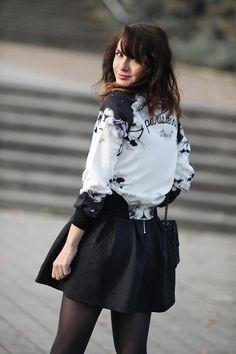 Look en néoprène, robe courte noire, teddy inscription Parisiennes de Paris.  Look fashion Sixth June