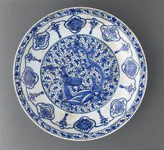 Plat au dragon Iran, 17e s. céramique siliceuse, décor sous glaçure Musée du Louvre, MAO696