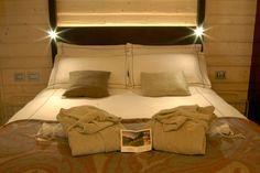 Set de cortesia nel hotel di charme in Trentino Chalet del Noch. #trentinocharme #sanmartinodicastrozza Bed, Furniture, Home Decor, Glamour, Stream Bed, Interior Design, Home Interior Design, Beds, Arredamento