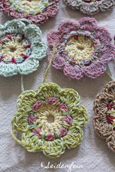 seidenfeins Dekoblog: 40 von 460 .... Häkelblüten für eine zauberhafte Decke * crochet flowers for a blanket of wonder (alice by day )