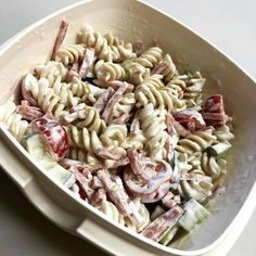 (@aktivmatglad) Pastasalat 😋 Fullkorn-pasta, skinke, tomat og agurk, med en dressing av laktosefri rømme, lime, salt og pepper #skyr #kvarg #pastasallad #pastasalad #salat #sallad
