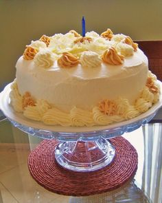 Bolo de Aniversário… simplesmente… Porque existem mil receitas de bolos de aniversário. Este ano no meu, eu queria um bem recheado, mas com gosto de aniversário de infância, sem muitas...