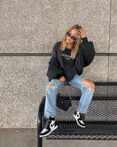 Adrette Outfits, Teen Fashion Outfits, Retro Outfits, Cute Casual Outfits, Fall Outfits, Vintage Outfits, Outfits With Jordans, Girls Wearing Jordans, Sneaker Outfits Women