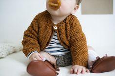 PERLE: Mønsteret beskriver jakken i glattstrikk, med riller eller i dobbel perle. Knitting For Kids, Baby Knitting, Crochet Baby, Tricot Baby, Baby Kids, Baby Boy, Cute Cardigans, Knitwear Fashion, Kids Patterns
